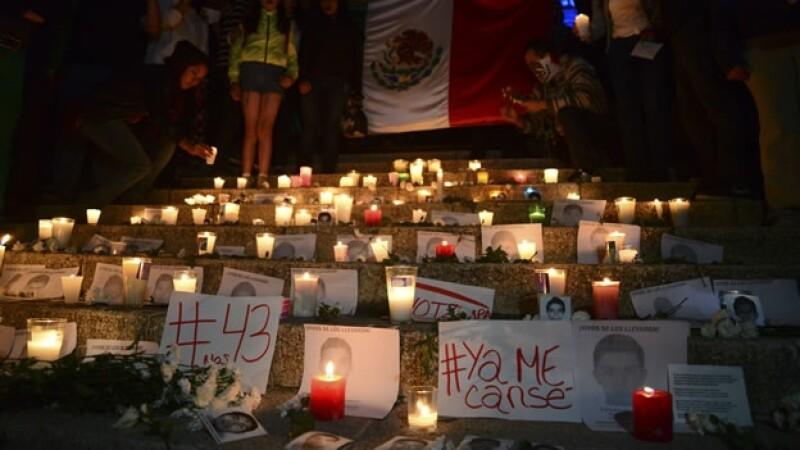 Fotos y veladoras en las escalinatas del Ángel de la Independencia, como parte de las manifestaciones para exigir justicia por el caso Ayotzinapa
