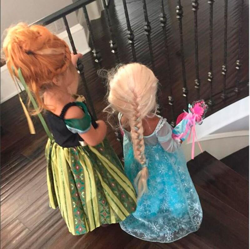 Las pequeñas primas ya están listas para Halloween y se divierten en casa vestidas como las famosas princesas de Disney, Anna y Elsa. ¿Ya las viste?