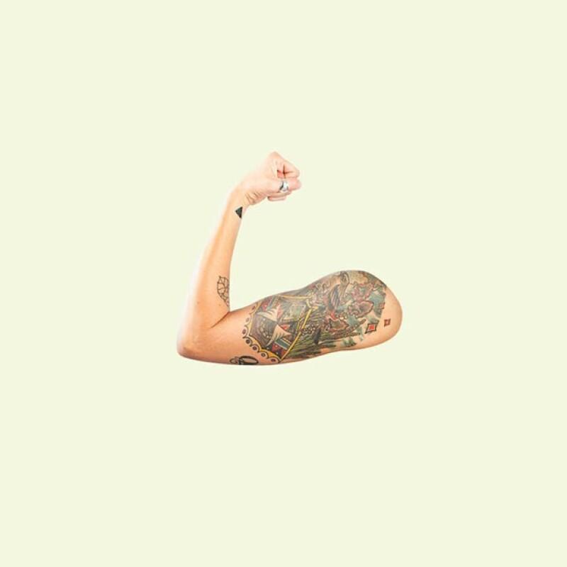 Añadió algunos tatuares en un brazo que aparece dentro de los emojis.
