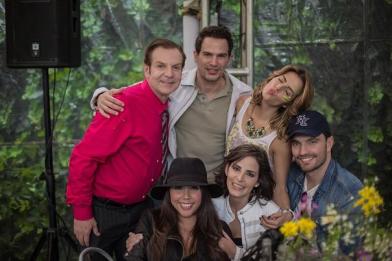 Claudia se mostró contenta porque parte del elenco de la telenovela en la que participa la acompañó en su cumple.