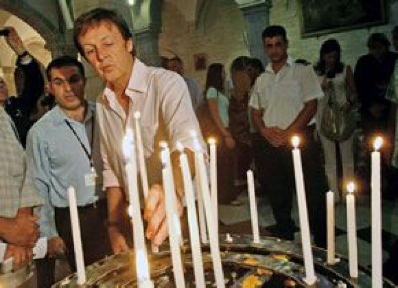 En la iglesia de la Natividad, el ex Beatle encendió dos velas blancas.