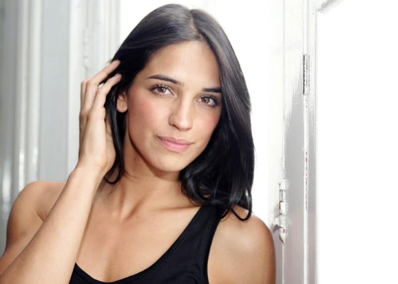 La joven actriz mexicana conversó acerca de su primer protagónico en la serie de televisión Bajo el alma, en donde interpreta a una abogada.