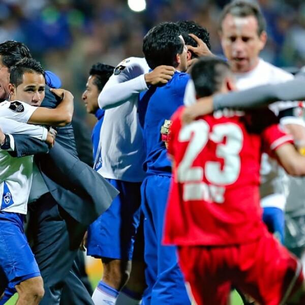 Abrazos de celebración entre jugadores del Cruz Azul y el lamento de Edgar Benítez de Toluca
