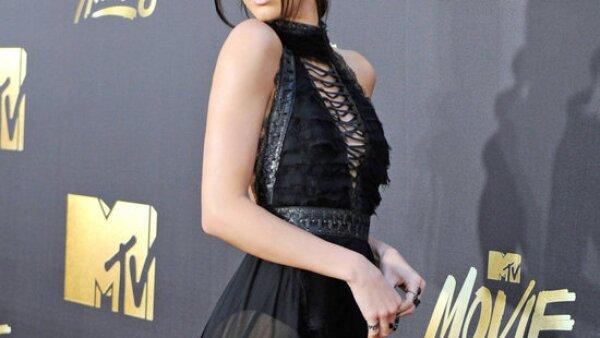 Quedamos encantados con los looks de Kendall Jenner, Lizzie Caplan, Gigi Hadid y otras celebs que llevaron el factor cool a otro nivel en la alfombra roja de estos premios.