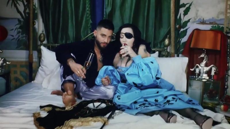 Resultado de imagen para Madonna le lame los pies a Maluma