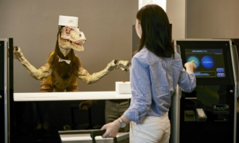Cuando los huéspedes llegan al hotel los recibe un dinosaurio robot. (Foto: EFE)