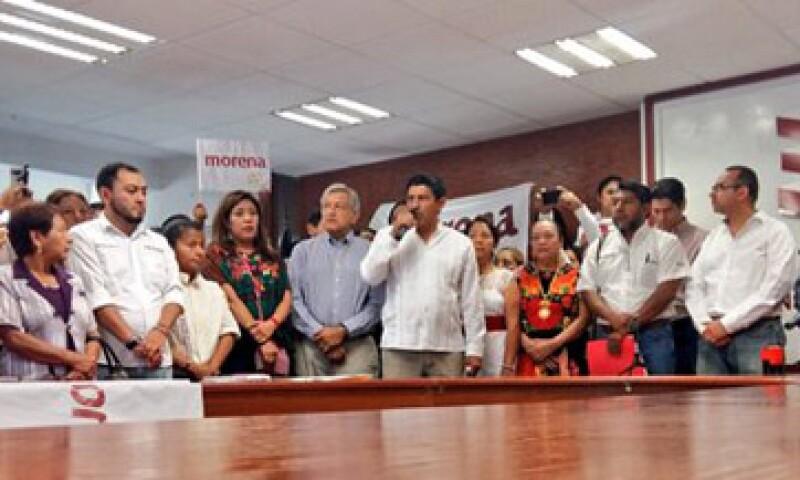 Andrés Manuel López Obrador acompañó a Salomón Jara durante su registro como candidato al Gobierno de Oaxaca (Foto: Twitter/ IEEPCO).