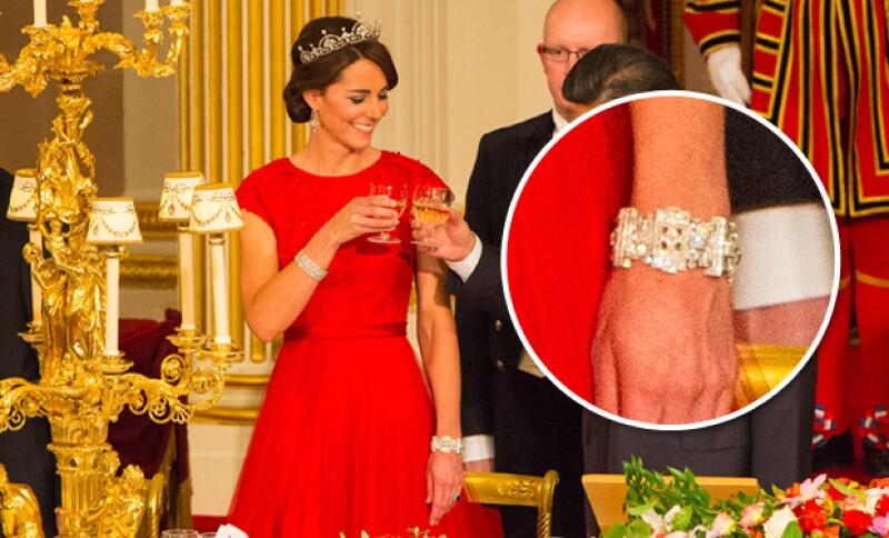 La pulsera izquierda le pertenece a la reina Isabel II, quien se la prestó en señal de aceptación y cariño.