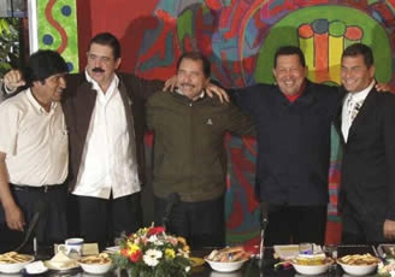 De izq. a der. los presidentes de Bolivia, Evo Morales, de Honduras Manuel Zelaya, de Nicaragua Daniel Ortega, de Venezuela Hugo Chávez, de Ecuador Rafael Correa. (Foto: AP)