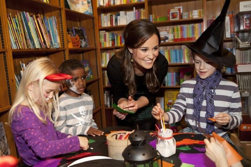 La hermana de Kate ayudó a los niños con sus manualidades.