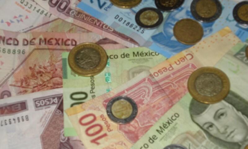 En ventanillas de bancos y casas de cambio, el peso operaba en 11.43 por dólar a la compra y en 11.83 pesos a la venta. (Foto: Karina Hernández)