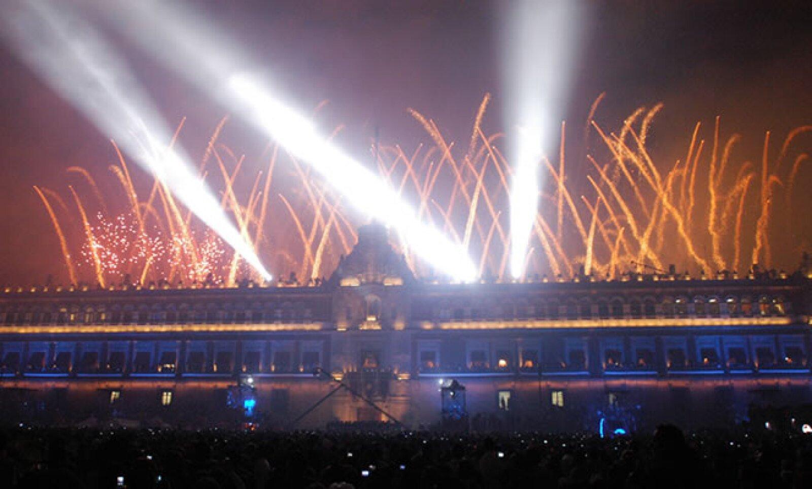 Los fuegos pirotécnicos hicieron su aparición al finalizar la noche, para conquistar las miles de pupilas que los observaban para surcar el cielo.