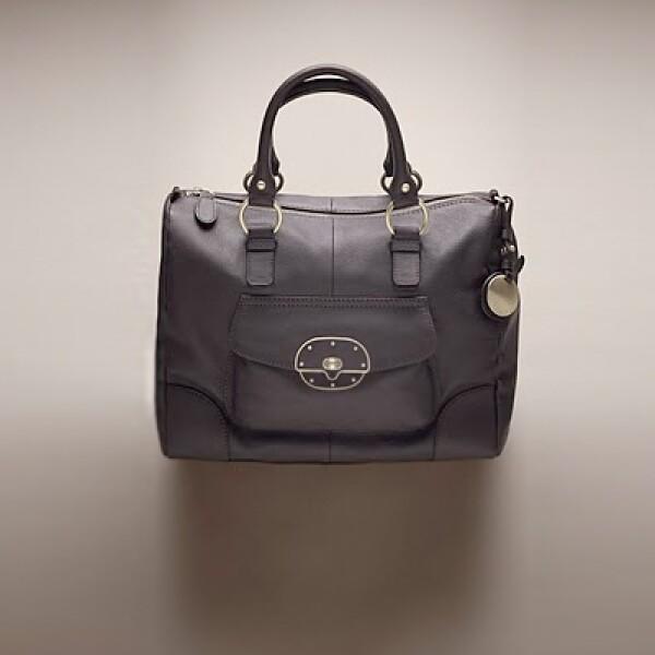 Este bolso para mujer está fabricado en piel y posee herrajes de metal dorado.