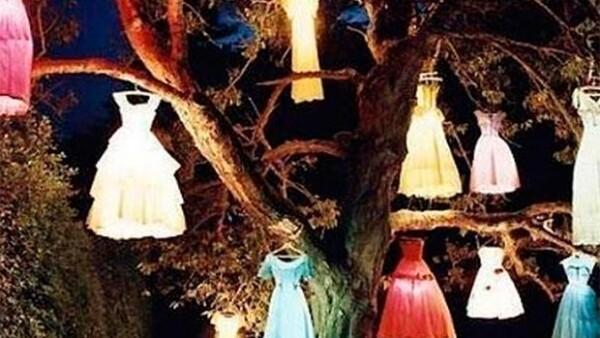 La imagen de varios vestidos colgando de un árbol en la oscuridad publicada en la red social de la diseñadora ha consternado amigos y familiares.