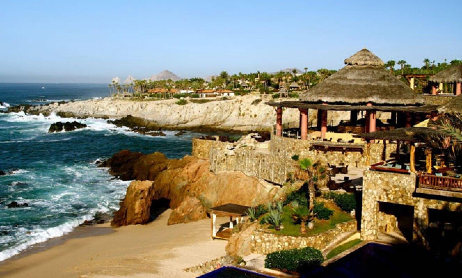 El Esperanza Resort, ubicado en Cabo San Lucas, México, ofrece el paquete 'Viaje de Ballenas', en el que los turistas pueden apreciar la aparición de estos animales.