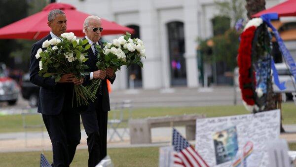 El presidente Barack Obama y el vicepresidente Joe Biden llevaron flores al memorial para las víctimas del tiroteo en el bar Pulse.