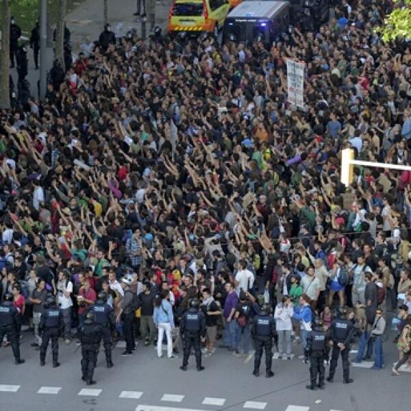 indignados obstaculizan ingreso al parlamento de barcelona