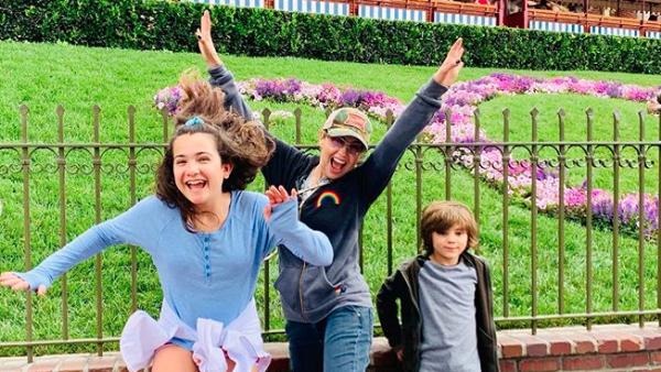 Thalía y sus hijos.