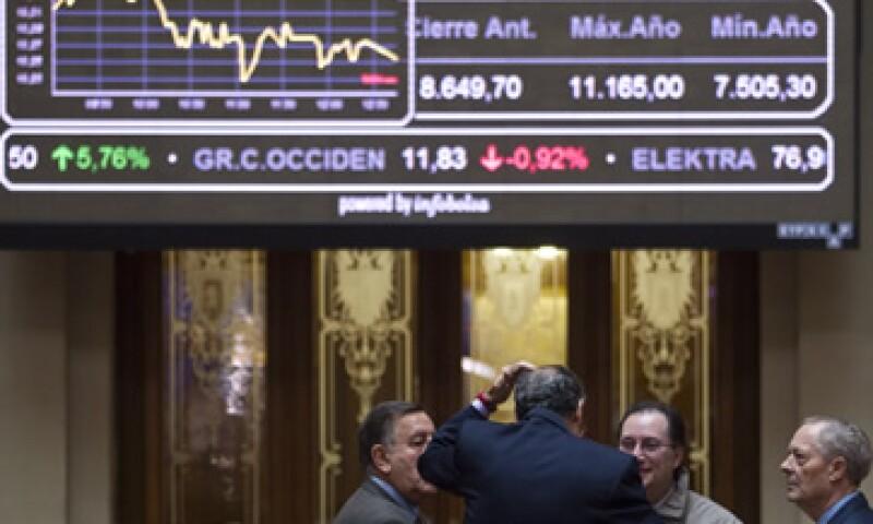 Fitch indicó que la débil economía mantendrá un efecto de contracción sobre los volúmenes de negocio de los bancos.  (Foto: AP)