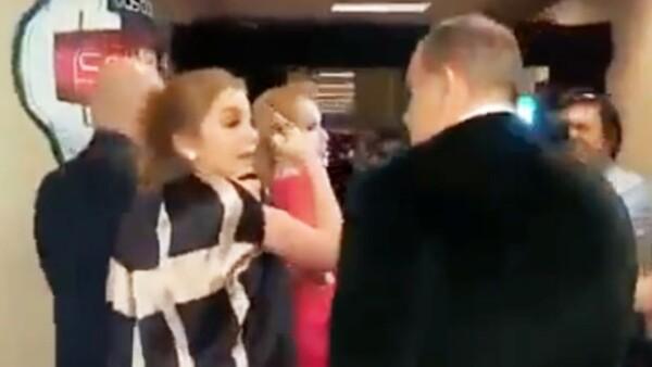 El presentador dio a conocer en su programa &#39El Gordo y la Flaca&#39 un video del momento en que intentó sin éxito entrevistar a la hija de Angélica Rivera tras bambalinas en los Latin Grammy.