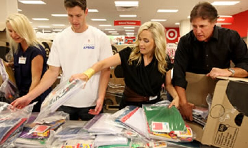 Para ahorrar dinero en vísperas del regreso a clases, es recomendable ir de compras con un grupo de padres para comprar artículos al mayoreo. (Foto: AP Images)