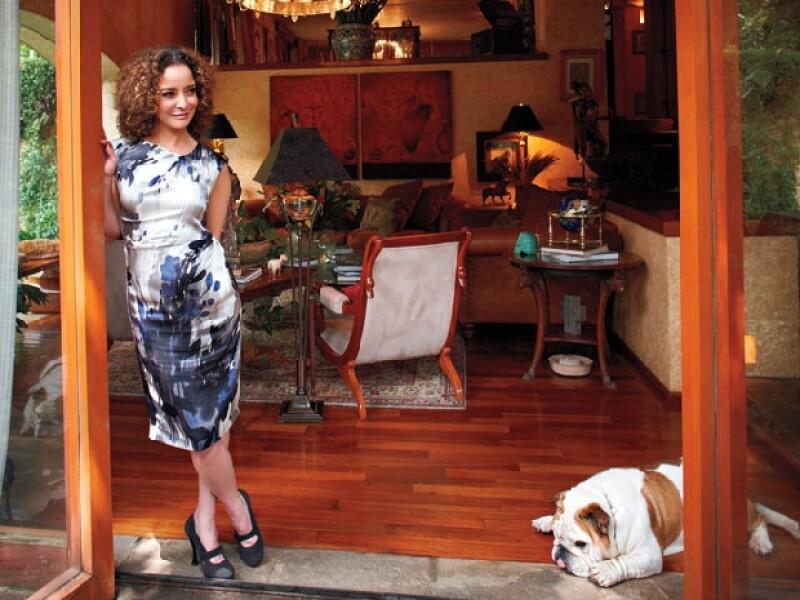 DE POSTAL: La abogada de 49 años vive en esta casa desde 2005. Aquí con uno de sus perros, Percival, un bulldog inglés de 38 kg.