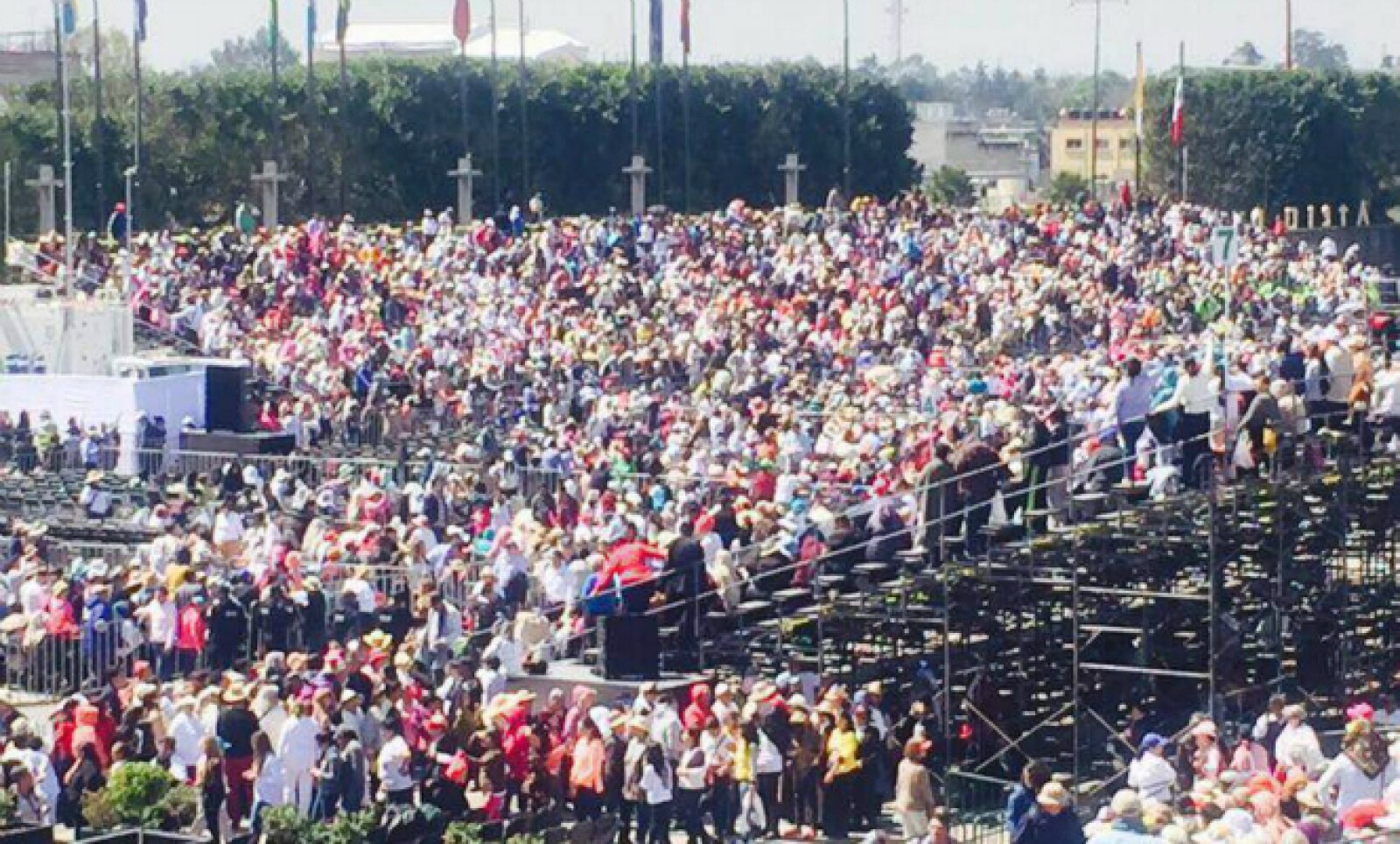 Cientos de mexicanos se congregan alrededor de la Basílica de Guadalupe para escuchar la misa de Francisco.