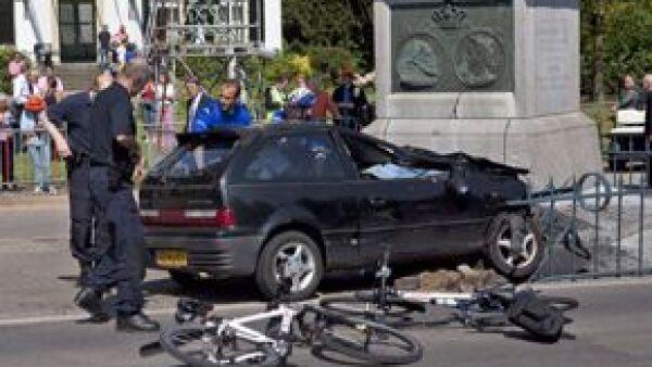 Un hombre, en su coche Suzuki negro, embistió a una multitud frente a la familia real durante la celebración que se realiza cada año. Hay cuatro muertos y 13 heridos hasta el momento.