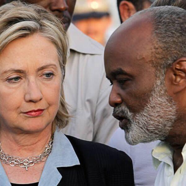 La secretaria de estado de EU, Hillary Clinton, visitó Puerto Príncipe, capital de Haití, para asugurar y planear métodos de distribución de  víveres y medicinas.