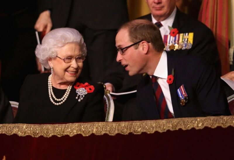 La reina, como en pocas ocasiones, pareció haber disfrutado de la velada en compañía de su nieto, el príncipe William.