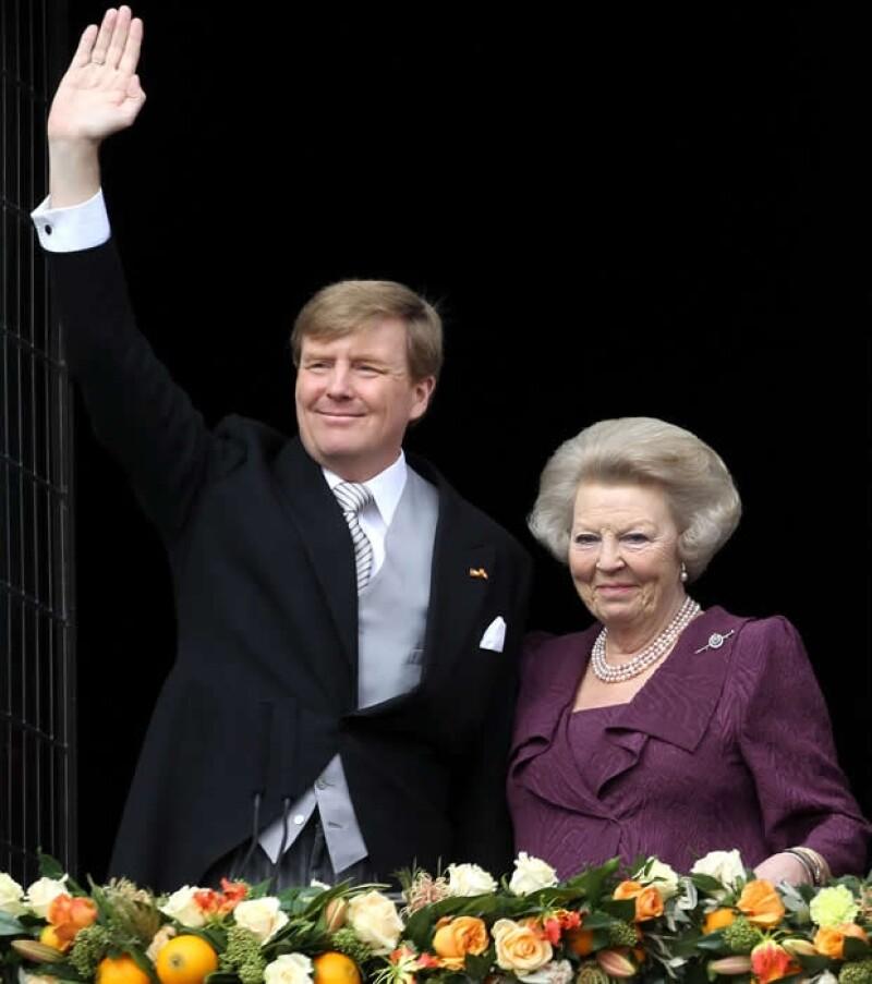 Hoy por la mañana, Guillermo Alejandro se convirtió en el nuevo monarca de Holanda, ovacionado por su pueblo y acompañado por su madre, la princesa Beatriz, y su esposa, la reina Máxima.