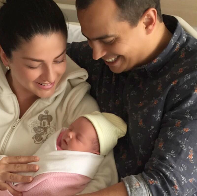 Con una tierna foto y un mensaje dedicado a su hija, la cantante de OV7 compartió su felicidad al lado de su esposo, Isaac de Hita.