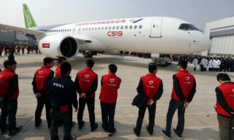 China presentó con bombo y platillo el primer avión comercial salido de sus fábricas (Foto: AFP)