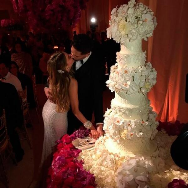 La pareja partió un hermoso pastel de Sylvia Weinstock.