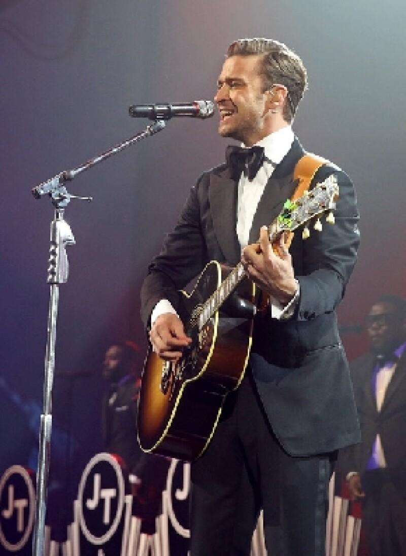 Luego de cuatro años de ausencia, el cantante se presentó con una actitud sexy y cautivadora durante un evento especial previo al Super Bowl.