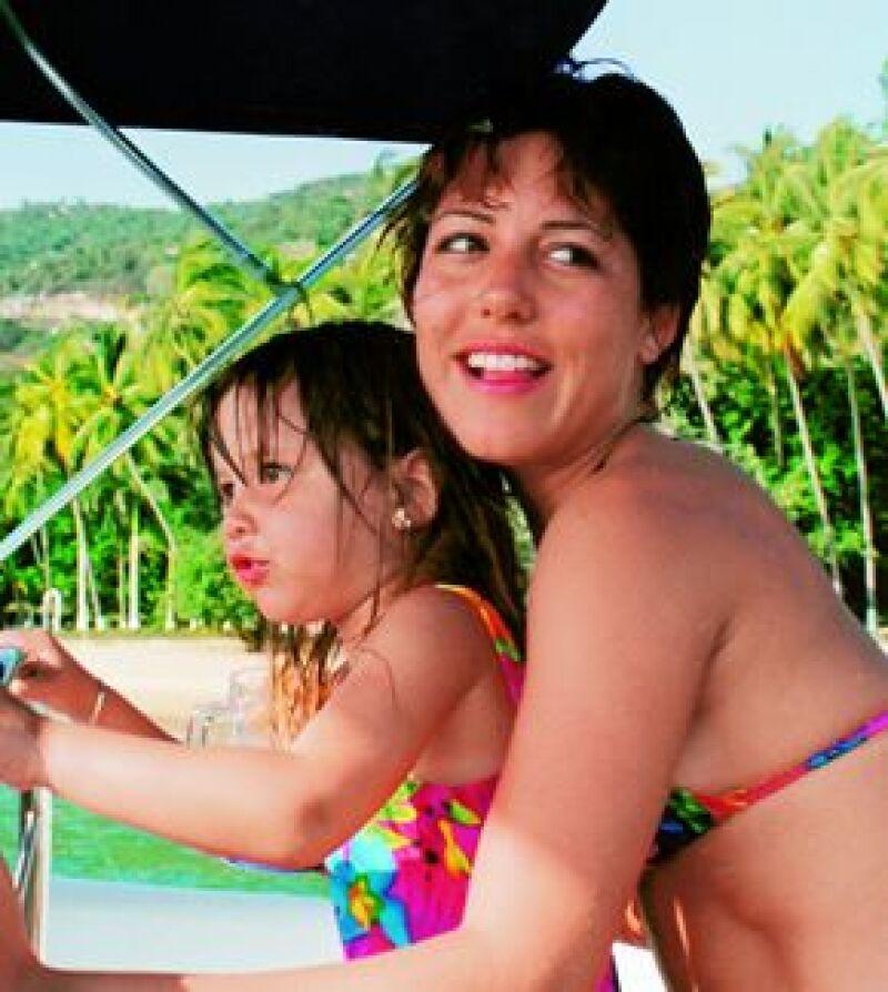 Aquí con su mamá, Stephanie Salas, en Acapulco en 1998.