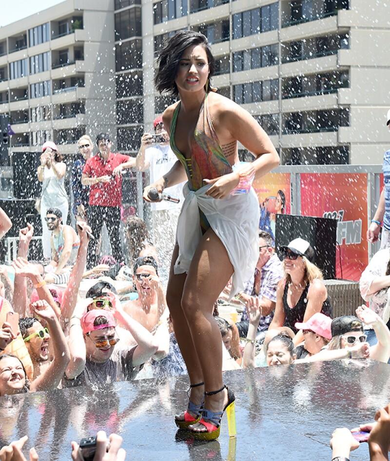 Demi lució su sexy figura en un traje de baño multicolor y altos zapatos.