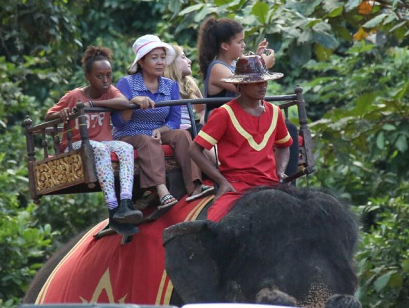 La actriz se encuentra en este país para dirigir y producir una nueva película de Netflix, pero eso no impidió que sus hijos recorrieran los atractivos del lugar en varios elefantes.