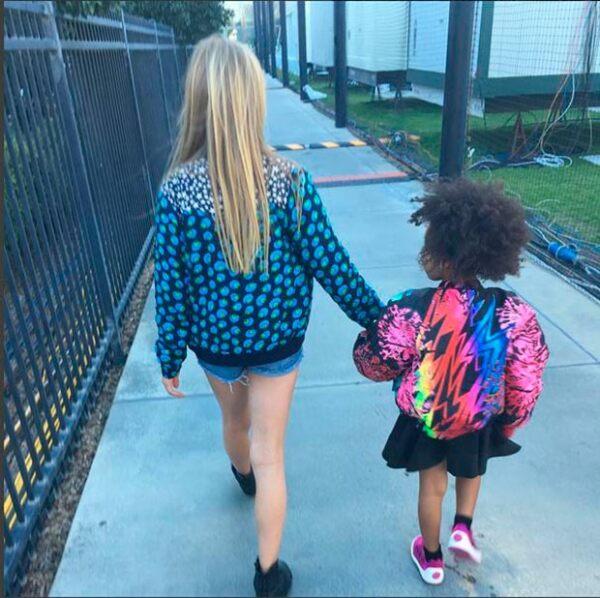 La actriz compartió esta foto de su hija Apple caminando con Blue Ivy, hija de Beyoncé y Jay Z.