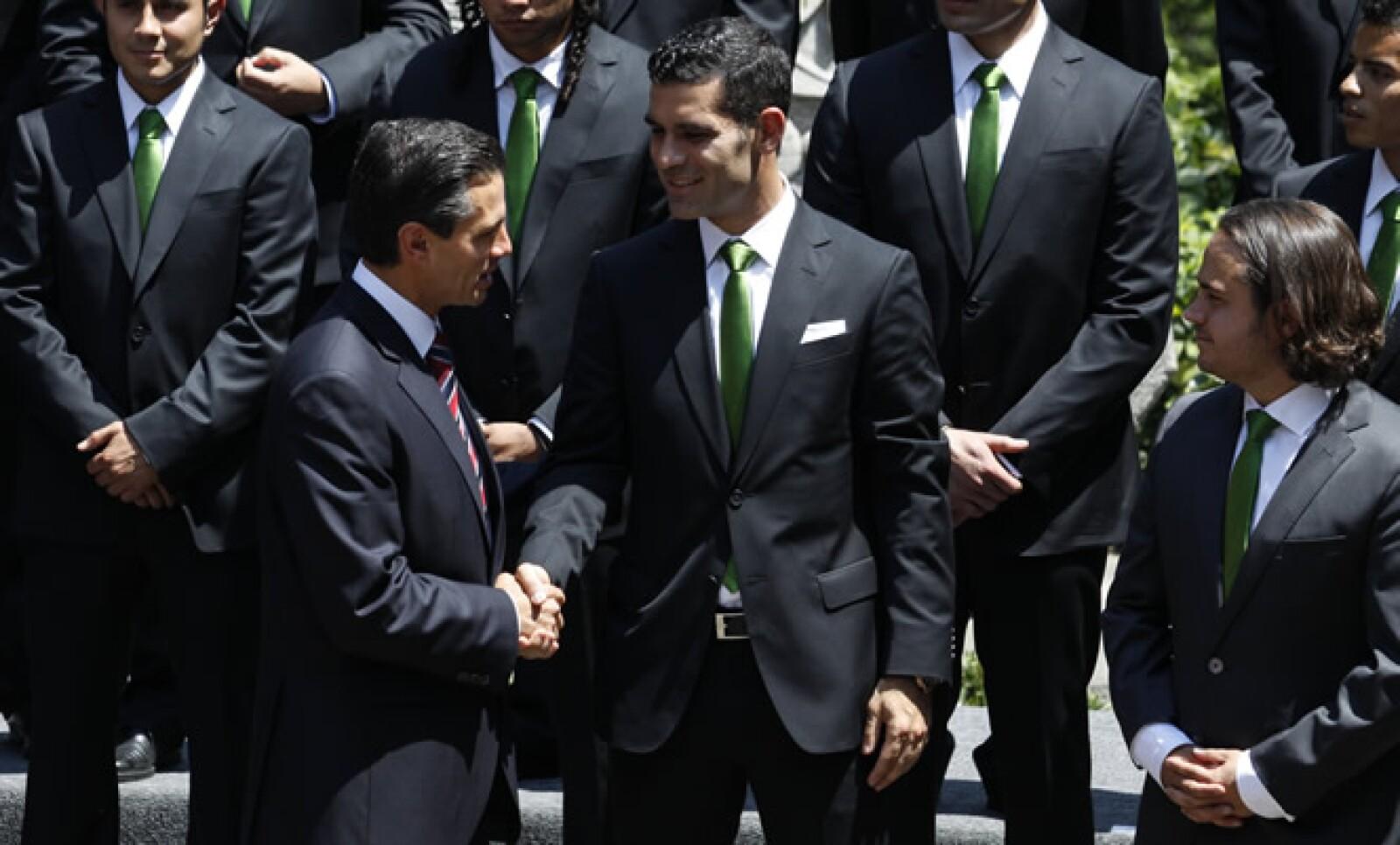 Peña Nieto se acercó con el jugador Rafael Márquez, quien aparece en también en primer plano en la 'selfie'.