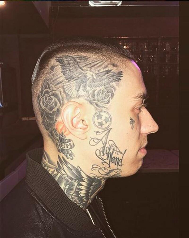 Trace también tiene tatuajes en la cabeza y la cara.