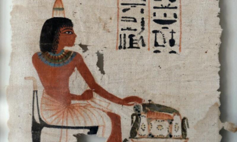 En esta pieza de 29 x 21 cm se representa al difunto de perfil, vestido con un taparrabo y sentado en una silla con patas de animal. (Foto: AFP)
