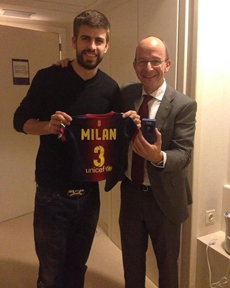 A un día de nacido, el hijo de Shakira y Piqué recibió una playera del equipo de su papá con el número tres. El orgulloso papá es quien la presume.