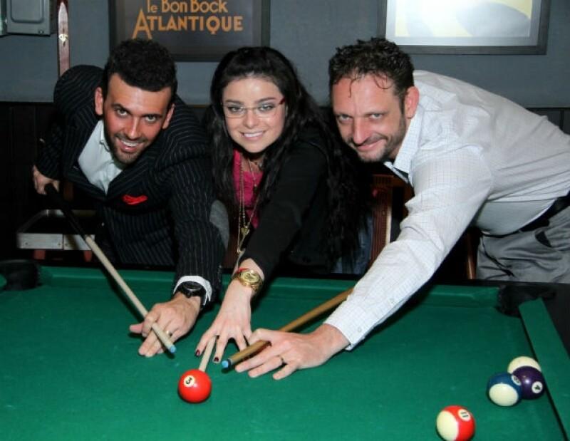 Violeta en una partida de billar con sus compañeros de elenco, Ricardo Margaleff y Ricardo Fastlicht.