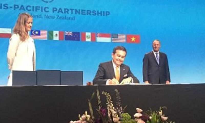 El titular de la Secretaría de Economía compartió fotos de la firma del acuerdo. (Foto: Ildefonso Guajardo Twitter/Cortesía )