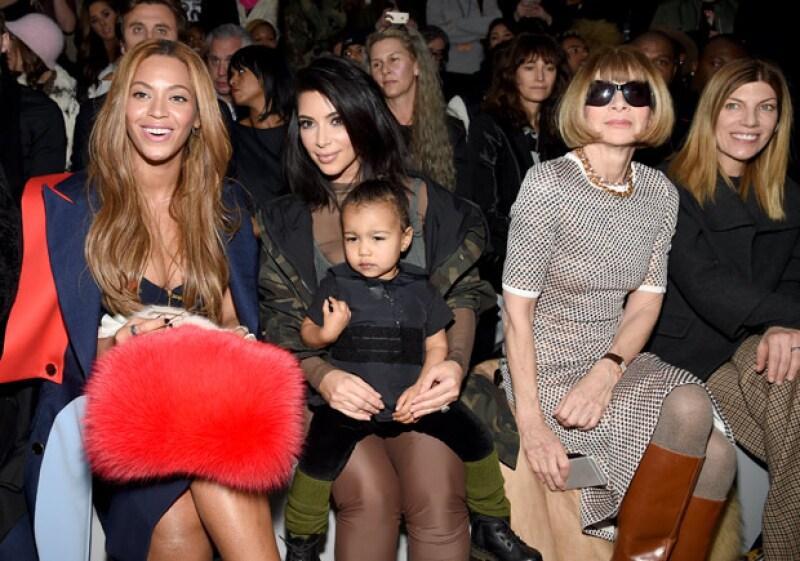 A la pequeña Nori no pareció importarle que se encontraba en medio de grandes personalidades, como Anna Wintour y Beyoncé.