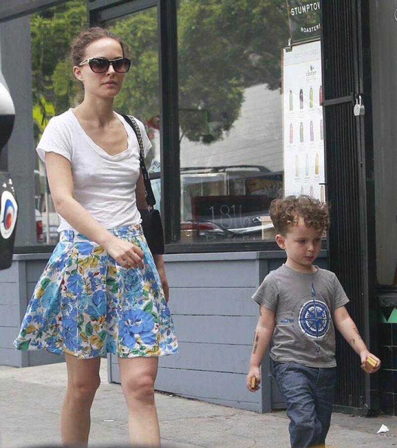 Natalie Portman también dio de qué hablar no solo por su look sin bra, sino también por los ademanes de su hijo Aleph muy parecidos a los de ella.