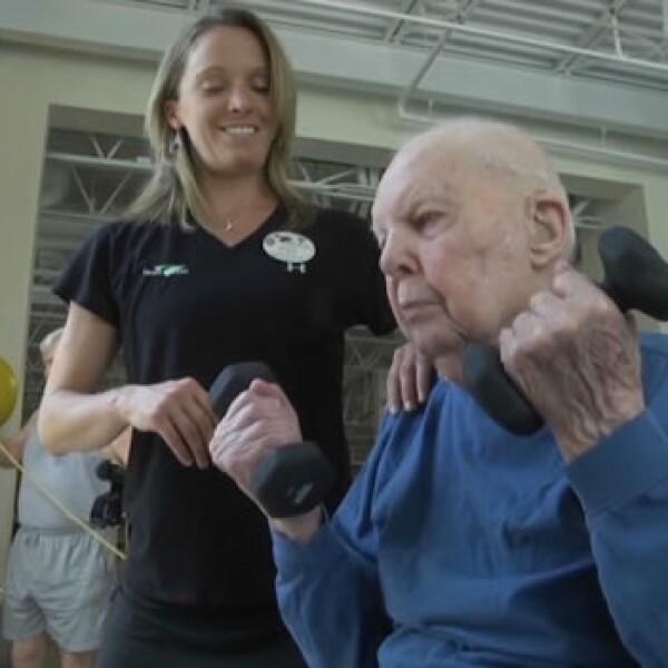hombre de 103 años hace ejercicio en un gimnasio