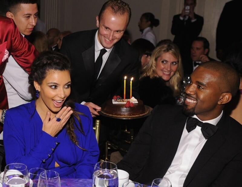 Kim no pudo contener su alegría al ver el detalle de su novio.