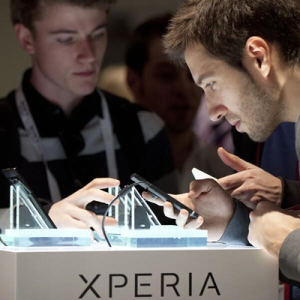 Un participante en la CES analiza uno de los teléfonos inteligentes de la empresa.